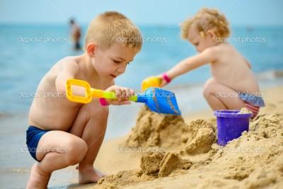 juego de niños en arena